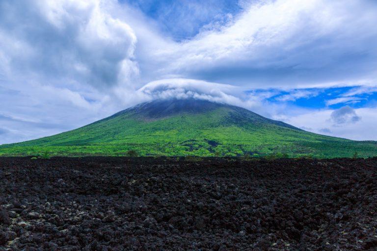 山に笠雲がかかると雨 意味